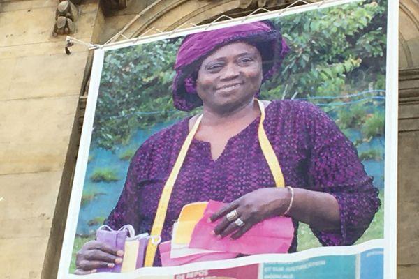 Amina Konaté, couturière bénévole de l'association Benkadi a confectionné plus de 40 masques durant le confinement.