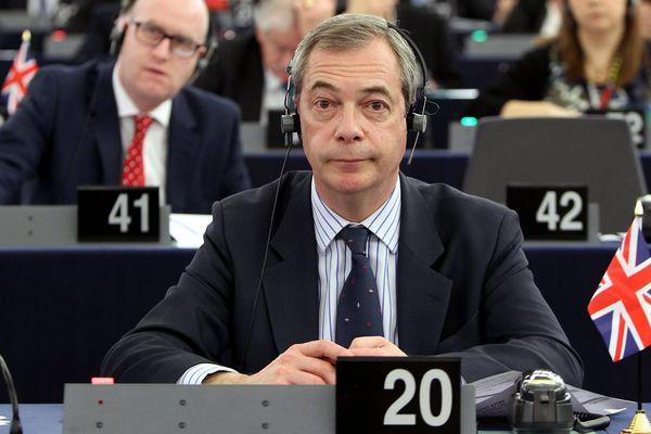 """Nigel Farage est son """"Union Jack"""" au Parlement européen."""