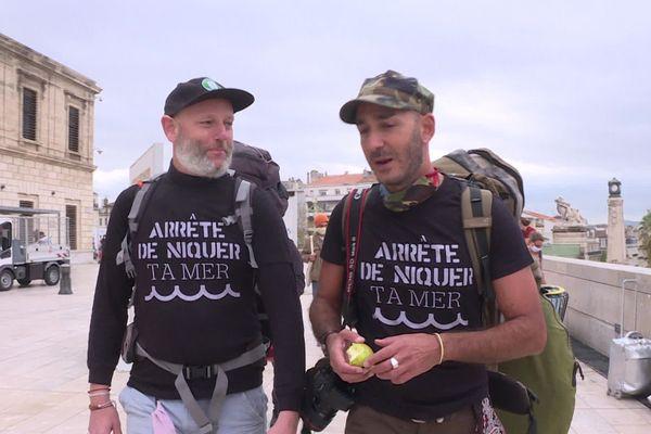 Edmund Platt s'est lancé ce jeudi matin pour une marche de 700km pendant sept semaines entre Marseille et Paris pour sensibiliser la population à la réductions des déchets plastiques.