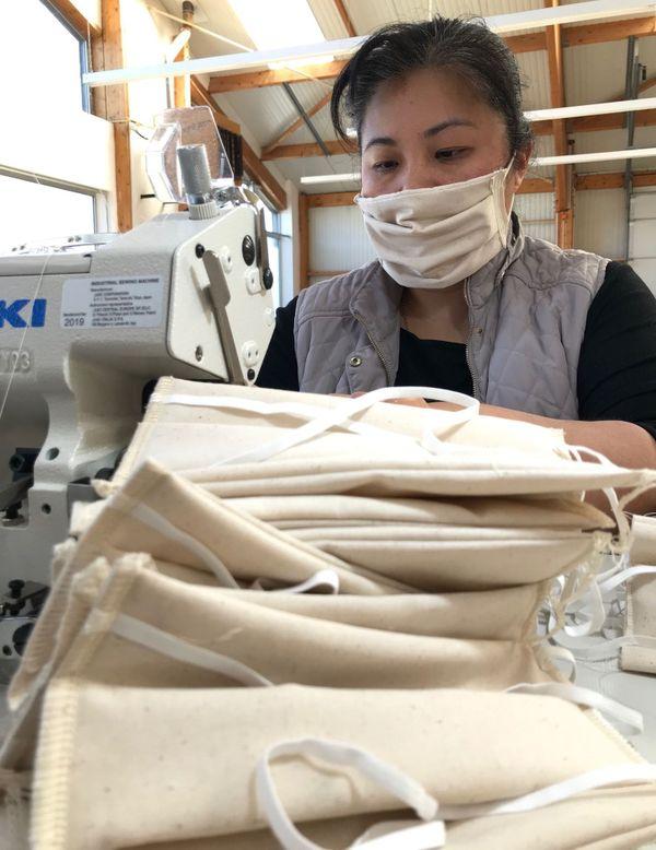 Des masques en coton certifiés AFNOR sont actuellement cousus par trois couturier(e)s