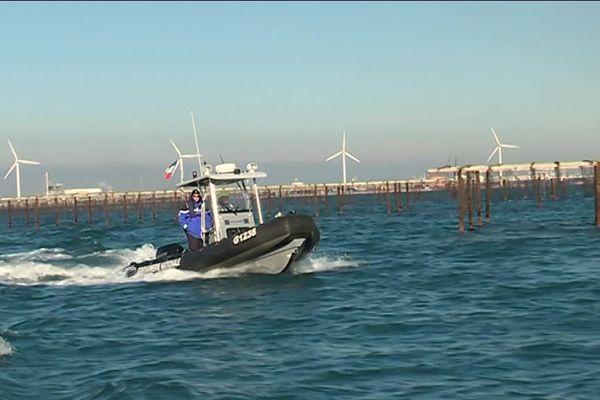 Pour lutter contre les vols d'huîtres, la gendarmerie fluviale et nautique de Port-Saint-Louis-du-Rhône patrouille dans les immenses parcs d'élevage de l'anse Carteau.