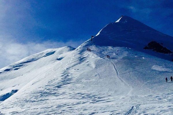 L'arrête des bosses et le sommet au fond entre 4300 et 4810m