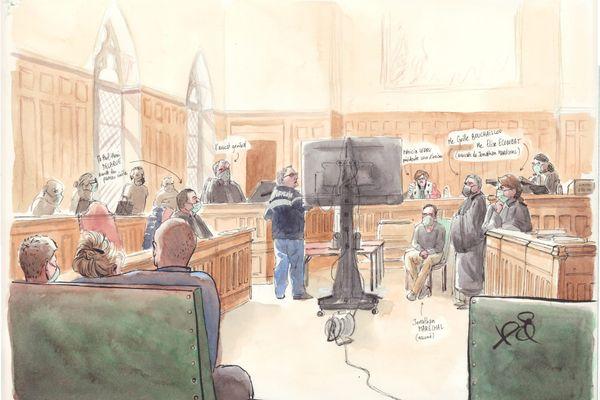 Vue d'ensemble de la salle d'audience. Au premier plan à gauche, la famille de la victime.