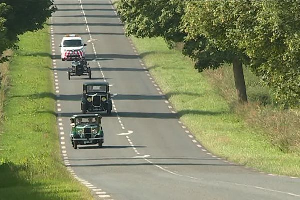 De l'avant à l'arrière, l'Amilcar de Pierre, la Léon Bollée de Stéphane, la Ford T Speedster de David et la voiture balai chargée de l'assistance en cas de panne.