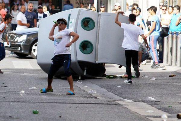 Un container de triage a été arraché et traîné par des supporters.