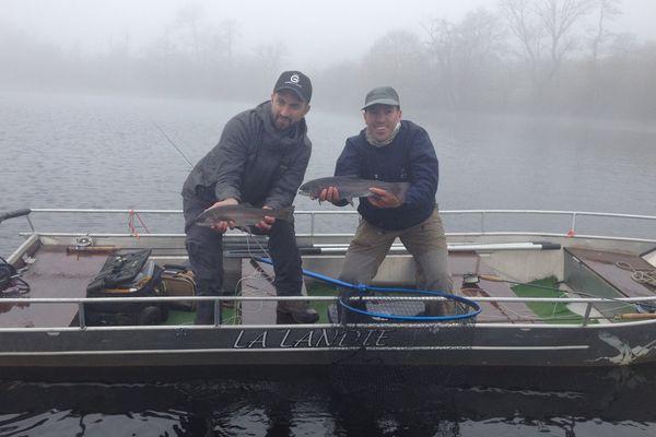 Grégoire Juglaret et Sébastien Delcors, champions du monde français de la pêche à la mouche, sur le lac de la Landie (Puy-de-Dôme).
