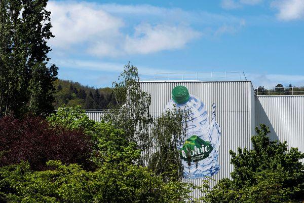 L'AFP pointe du doigt la société des Eaux de Volvic dans la gestion de la ressource en eau de cette région du Puy-de-Dôme.
