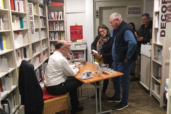 """Bernard Cazeneuve est venu dédicacer son livre """"A l'épreuve de la violence"""" ce samedi 19 octobre à la librairie Ryst de Cherbourg"""