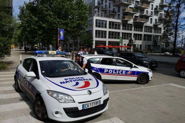 La police s'est postée pour des contrôles dans un quartier de Nantes.