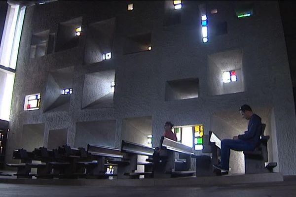Intérieur de la chapelle de Ronchamp, de Le Corbusier
