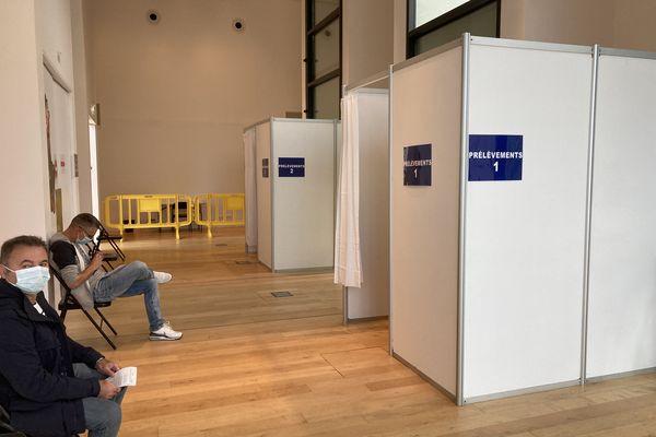 Des vacanciers attendent de se faire tester au nouveau centre de dépistage antigénique de Saint-Malo.