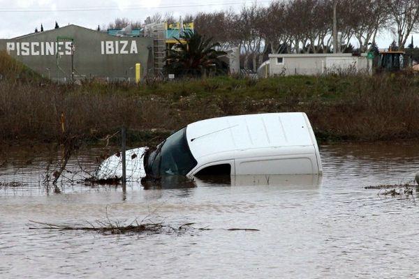 Claira (Pyrénées-Orientales) - une fourgonnette est sinistrée dans le lit de l'Agly - 7 mars 2013.
