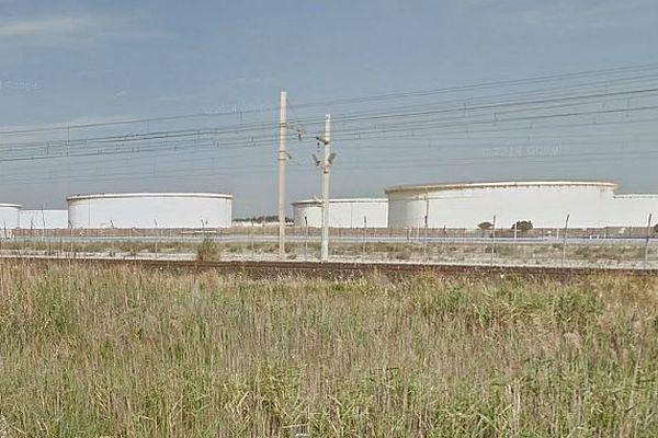 Frontignan (Hérault) - les cuves de carburant du dépôt GDH - archives