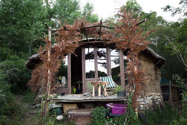 Jonathan et Caroline ont construit leur cabane dans la forêt de Chasteaux en Corrèze pour y vivre en autonomie