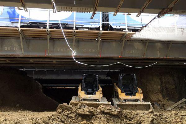 La construction d'un passage souterrain, sous les voies ferrées de la gare SNCF de Saint-Denis / L'Île-Saint-Denis, en juin 2020.