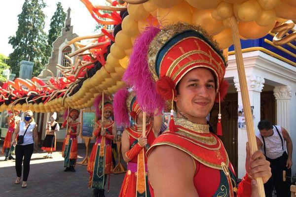 La parade indonésienne lors de la nouvelle inauguration de l'attraction.