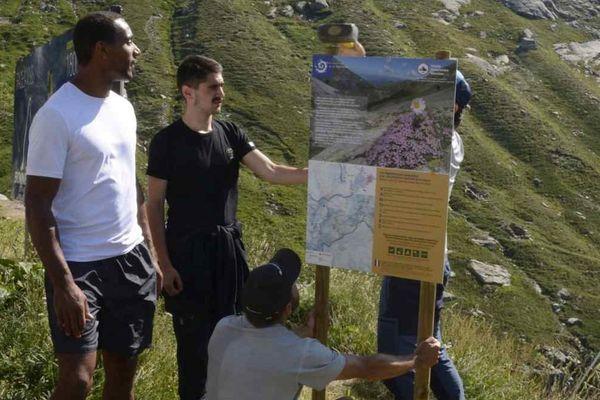 Quatre jeunes des quartiers d'Albertville ont mis en place des panneaux d'information pour la protection de la faune et la flore dans le parc national de La Vanoise juste avant le passage du Tour de France