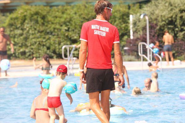 Il manquerait 5000 maîtres-nageurs en France s'alarme le syndicat national professionnel des maîtres-nageurs sauveteurs.