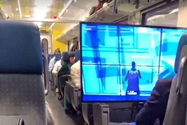 L'adolescent et son écran géant occupent quatre places dans la rame au lieu d'une seule.