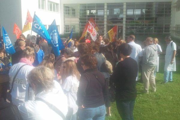 Les salariés du CHU de Poitiers rassemblés devant les locaux de l'ARS