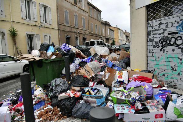 Les poubelles s'amoncellent dans les 15e et 16e arrondissements