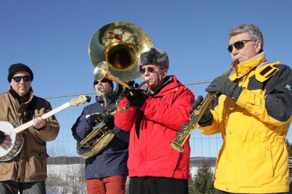 De la musique, des acclamations, des encouragements : c'est la fête du combiné nordique à Chaux-Neuve !