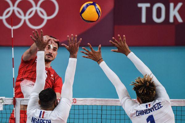 Barthélémy Chinenyeze repousse l'attaque de Wassim Ben Tara lors du match France-Tunisie.