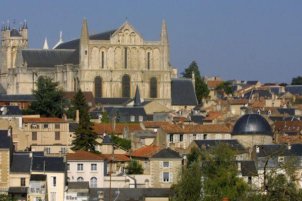 A Poitiers, la cathédrale Saint-Pierre accueillera ce samedi soir la messe de Pâques, mais sans assemblée, en raison de la pandémie de Covid-19 (Archives septembre 2002).