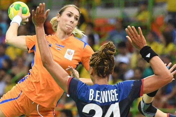 La Néerlandaise Lois Abbingh (à gauche) face à la Française Beatrice Edwige (à droite) aux Jeux Olympiques de Rio le 6 août 2016.