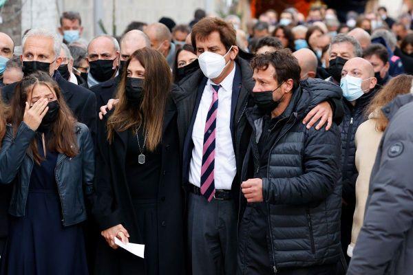 Le monde du rugby et ses proches, ont rendu un premier hommage ce mercredi à Christophe Dominici : sa femme Loretta Denaro à gauche, le président du Stade Francais'Max Guazzini et le joueur Franck Comba.