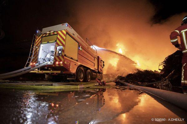 Un fourgon pompe-tonne luttant contre l'incendie de Clairoix, ce 2 septembre 2021.