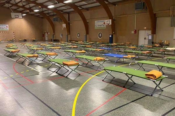 Le gymnase de Clermont-de-l'Oise a été transformé en centre d'hébergement d'urgence pour les sans-abris pendant la crise sanitaire liée au coronavirus.
