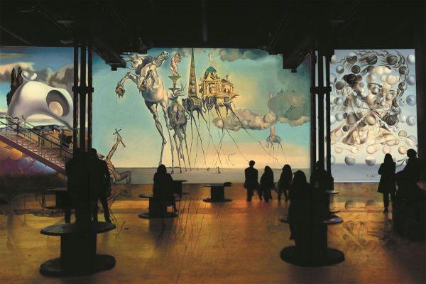 Dès le 19 mai, l'Atelier des Lumières nous invite à découvrir le peintre Dali et l'architecte Gaudi.