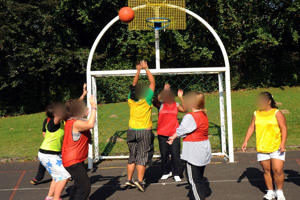 A La Bourboule, les enfants pratiquent différents sports dont il n'ont pas forcément l'habitude : natation, ski ou encore basketball.