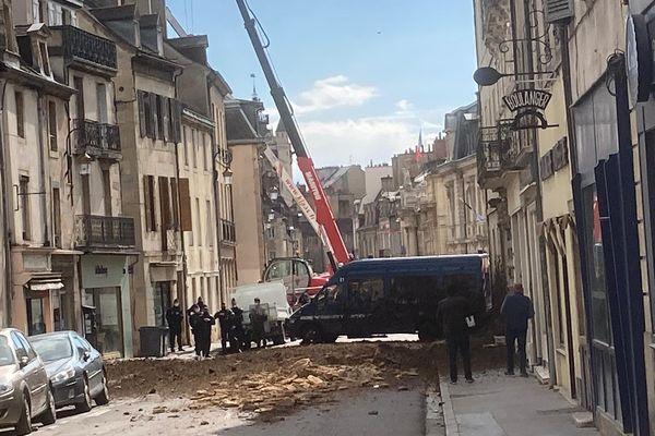 Rue de la Préfecture, en début d'après-midi, les manifestants ont aspergé les forces de l'ordre de lisier et de gravats