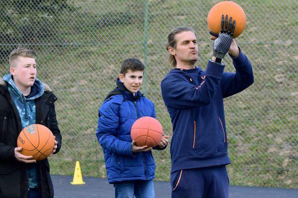 Thomas De'Kimpe enseigne à nouveau l'EPS dans un lycée du Vernet-La-Varenne, dans le Puy-de-Dôme, grâce à une main bionique.