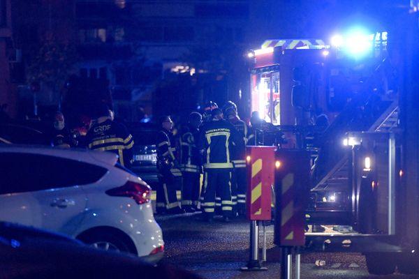 16 sapeurs-pompiers ont été déployés pour maîtriser l'incendie, qui s'est déclaré aux alentours de deux heures du matin.