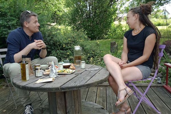 Guillaume déguste les spécialités cultivées dans les jardins