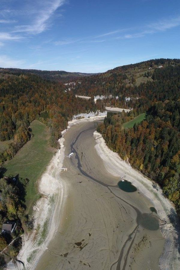 On y patine l'hiver sur le Doubs gelé. Cet été tout est à sec. Cela n'était pas arrivé depuis 1906.