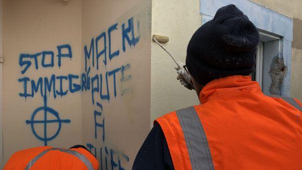 Les équipes de la ville, à pied d'oeuvre pour effacer les inscriptions haineuses