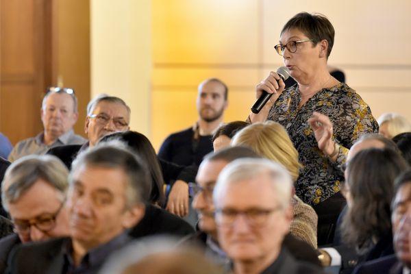 """""""La thématique de la santé devrait être la première préoccupation des parlementaires, de l'Etat et des candidats aux élections présidentielles"""", estime Isabelle Dugelet, Maire de La Gresle, dans la Loire."""