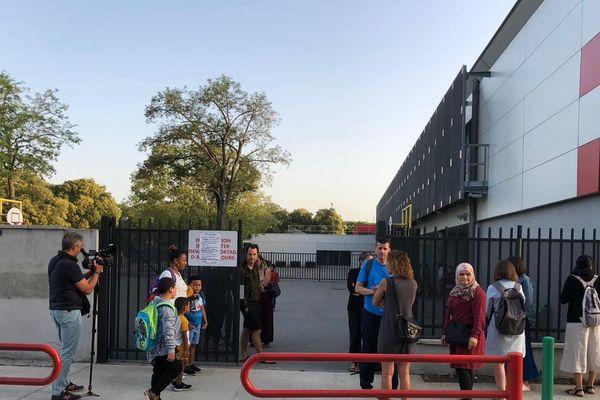 Des parents d'élèves devant l'école Didier Daurat, quartier de la Reynerie à Toulouse
