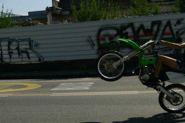 Rodéo à moto en ville (illustration)