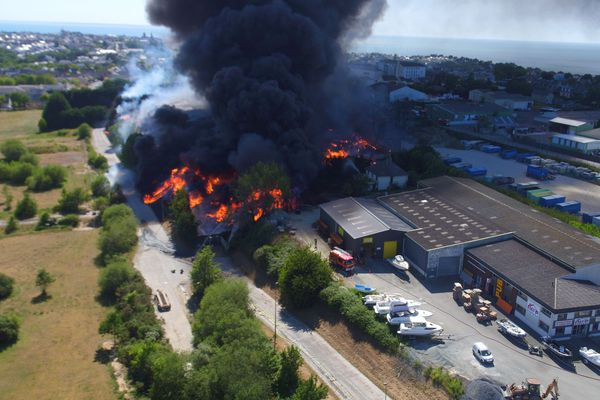 Incendie dans une décharge de Donville-les-Bains : les habitants évacués sur un périmètre d'1 kilomètre