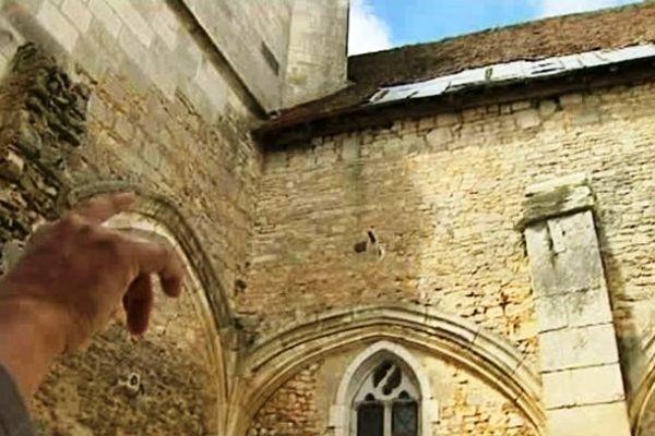 La charpente de l'église de Thury est prête à s'écrouler. Une réparation de fortune avait été faite sur la toiture après l'effondrement d'un pilastre en 1980. mais la sécurité n'est plus assurée.