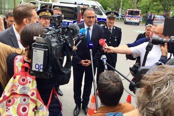 """Après quatre nuits de violence à Dijon, Laurent Nuñez, Secrétaire d'État auprès du ministre de l'Intérieur, répond aux questions de la presse sur place mardi 16 juin 2020 et déclare que """"l'Etat est présent""""."""