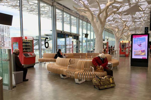 Des bancs lamellés dodus comme des sofas pour attendre son train, dans la mezzanine de la nouvelle gare de Nantes
