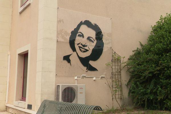 La commune d'Yzeures-sur-Creuse accueille un espace consacré à la cantatrice Mado Robin née ici.