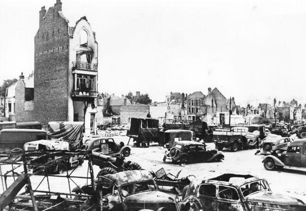 Dunkerque en ruine et de nombreux véhicules détruits ou abandonnées, photographiés pour la propagande allemande après les bombardements de mai/juin 1940.