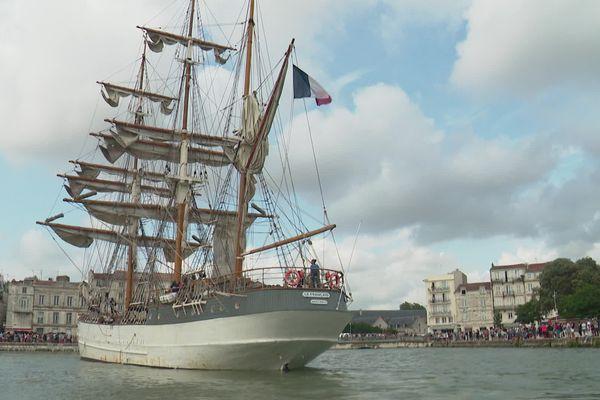 """""""Le Français"""", majestueux trois mâts de près de 50 mètres de long, est arrivé ce dimanche 25 juillet à La Rochelle."""